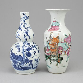 Two porcelain vases, Qing dynasty, 19th century.