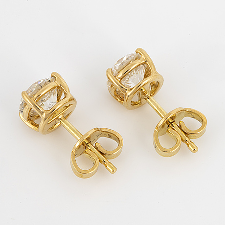Brilliant-cut diamomd stud earrings.