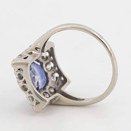 Ring med safir och gammalslipade diamanter.
