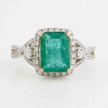 RING, med smaragd ca 2.20 ct samt briljantslipade diamanter ca 0.55 ct.