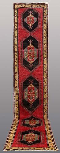 A runner semiantik, nordsväst persisk, ca 487 x 87 cm.