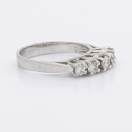 Ring 18k whitegold w 5 briliant-cut diamonds approx 0,70 ct in total.