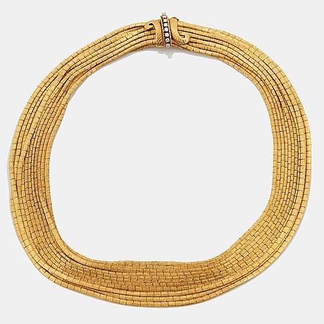 An 18k gold necklace set with round brilliant-cut diamonds.