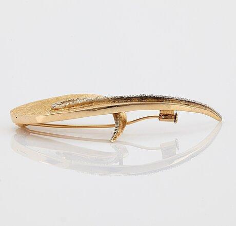 An 18k gold brooch set with eight-cut diamonds.