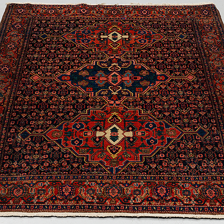 A rug, a semi-antique/old  senneh, ca 193,5 x 135,5-140 cm (as well as one end with 2 cm flat weave).