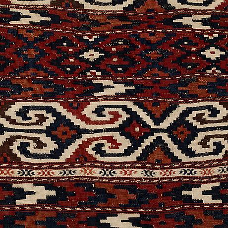 A semi-antique turkman kilim, circa 189,5  x 96-104 cm.