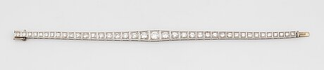 A platinum bracelet set with round brilliant-cut diamonds with a total weight of ca 3.75 cts.