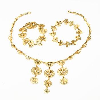 Jorma Laine, A set of gold plated silver necklace and two bracelets. Kultateollisuus Oy, Turku 1975.