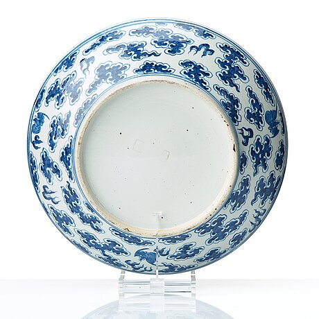A blue and white dragon dish, qing dynasty, 19th century.