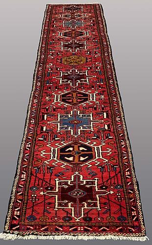 Gallerimatta, karadja, ca 433 x 77 cm.