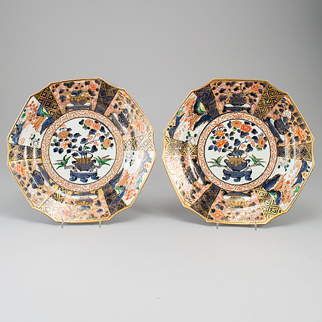 A pair of japanese imari dishes, edo period (1603-1868).