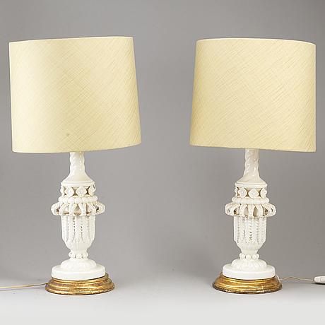 A pair of porcelaine table lamps.