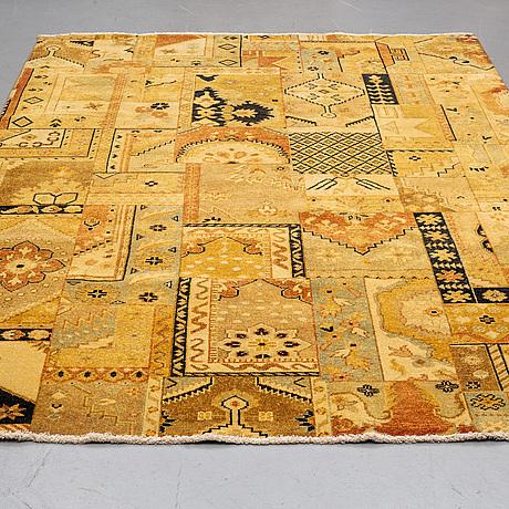 An oriental carpet, ca 273 x 185 cm.