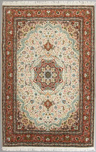 A carpet from tabriz, part silk, ca 289 x 200 cm.
