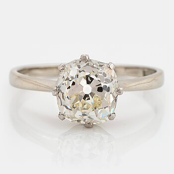 835. An 18K white gold ring set with a cushion formed old-cut diamond weight ca 2.75 cts quality ca L/M i.