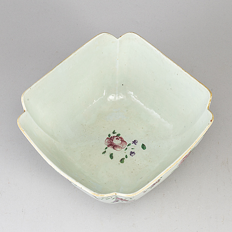 A famille rose serving bowl/saladiere, qing dynasty, qianlong (1736-95).