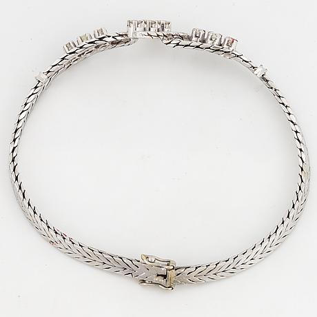 18k white gold and brilliant-cut diamond bracelet.