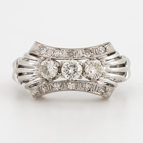 An 18k white gold ring set with round- and brilliant-cut diamonds.