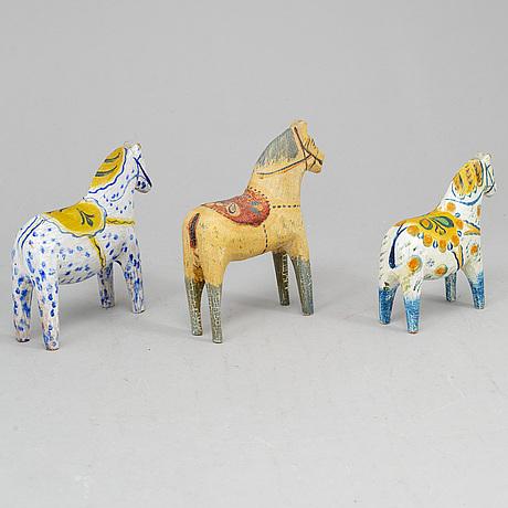 Five painted dalahästar, early 20th century.
