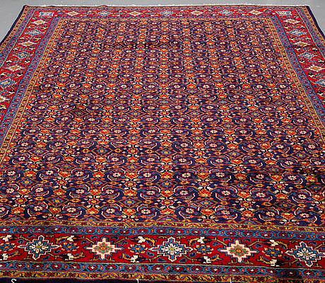 A carpet, sarouk, ca 348 x 244 cm.