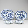 Serveringsfat, två stycken, samt tallrikar, två stycken, kompaniporslin. qingdynastin, qianlong (1736-95).