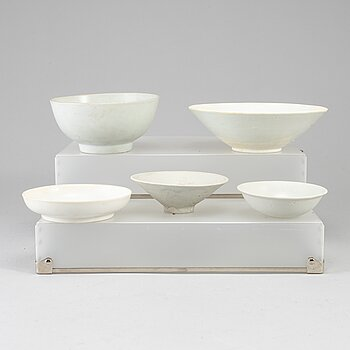 Five white glazed dishes and bowls, Ming and Qing dynasty, 17-18th century.