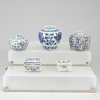 A group of five (3+2) blue and white jars and boxes with covers, Ming dynasty (1368-1644), 17th century.