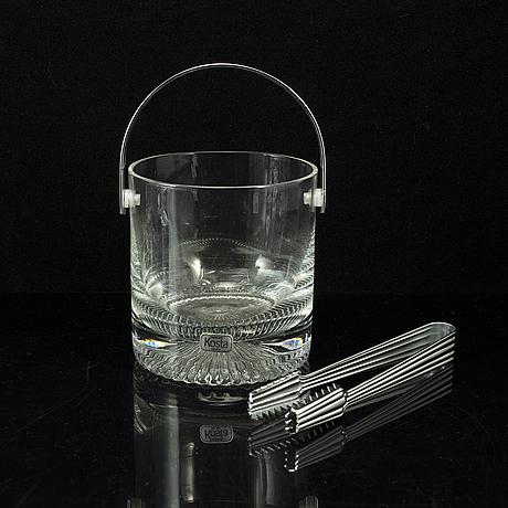 Vicke lindstrand, a part 'calypso' glass service, kosta (92 pieces).