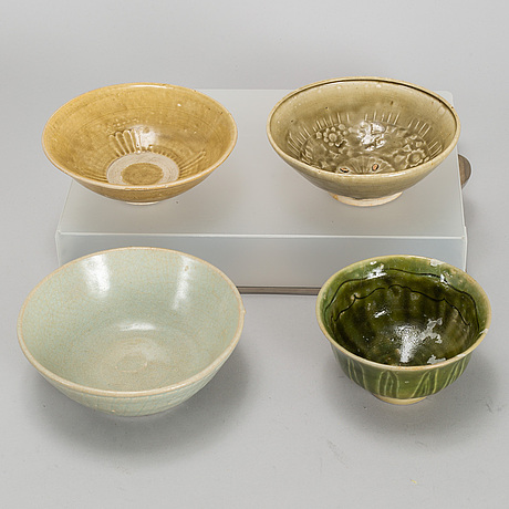 A group of four southeast asian ceramics, 17th/18th century.