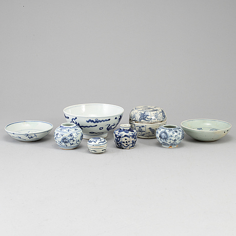 A group of blue and white ceramics, ming dynasty and later.  (8 pieces).