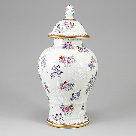 A famille rose vase with cover, samson, 20th century.