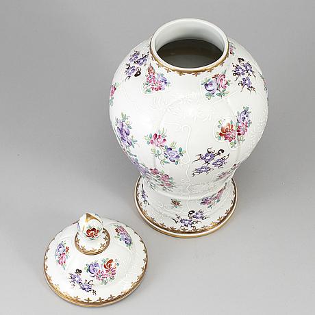 Urna med lock, porslin. samson, 1900-tal.