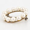 An 18k gold brooch set with cultured pearls ca 6 mm.