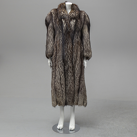 A fox fur coat, size 40.