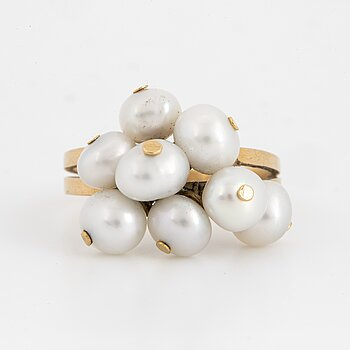 18K gold ring with pearls.