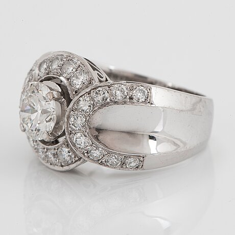 An 18k white gold ring set with round brillliant-cut diamonds with a total weight of ca 1.50 cts.