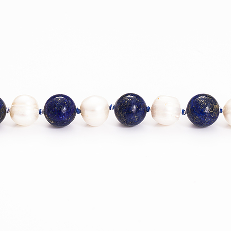 A pearl collier with cultured pearls and lapis lazuli. metal lock.
