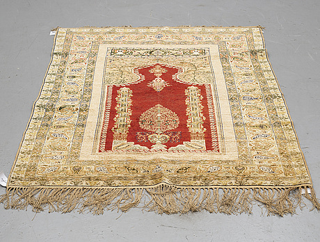 A rug, a semi-antique turkish, ca 182,5-185 x 136,5-139,5 cm (as well as ca 1,5 cm flat weave at the ends).