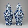 Urnor, ett par, porslin. qingdynastin, sent 1800-tal.