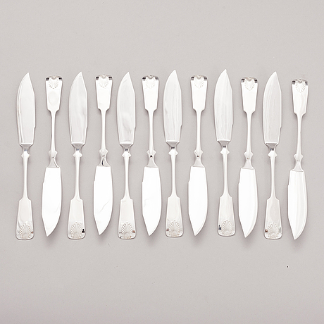 A set of 12 fish knives in silver with seashell decoration, auran kultaseppä oy, turku finland 1983.