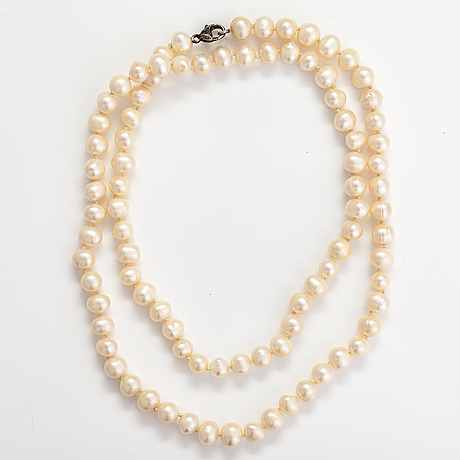 A pearl collier with cultured pearls and metal lock.