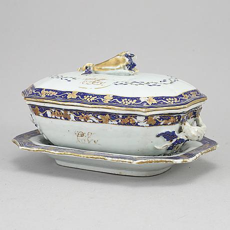 An enamelled terrin med lock och fat, qingdynastin, qianlong (1736-95).