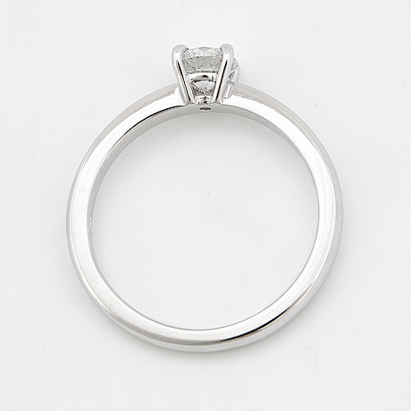 An 18k white gold ring set with a round brilliant-cut diamond.