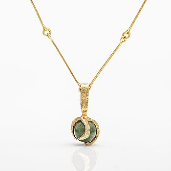 """BJÖRN WECKSTRÖM, A 14K gold pendant """"Kultasammal"""" with moss agate and a chain. Lapponia 1971 and 1986."""