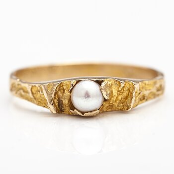 "BJÖRN WECKSTRÖM, A 14K gild ring ""Small word"" with a cultured pearl. Lapponia 1971."