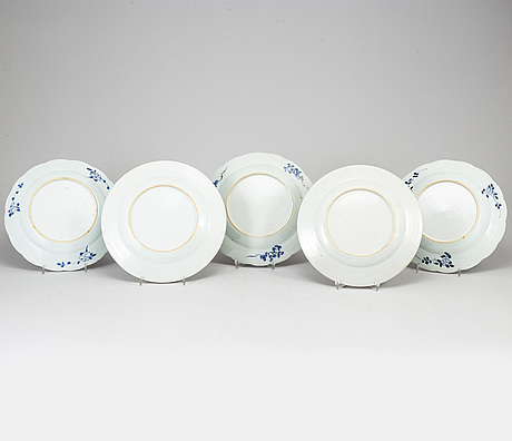 Five famille rose and blue and white export porcelain plates, qing dynasty, qianlong (1736-95).