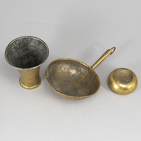 Durkslag, sandstrÖare samt bÄgare, 3 delar, mässing, omkring år 1800.