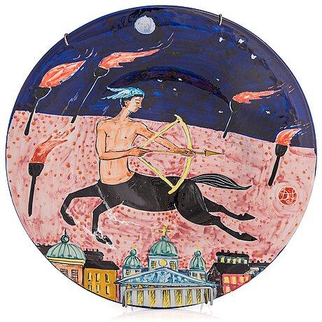 "Dorrit von fieandt, dekorationsfat, ""skytten"", ur serien horoskop, signerad df arabia. 1993-1997."