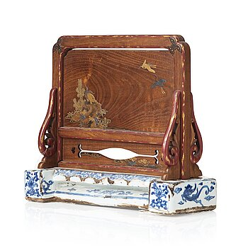 609. A Japanese wooden and lacquered table screen on a blue and white Ming dynasty porcelain base.