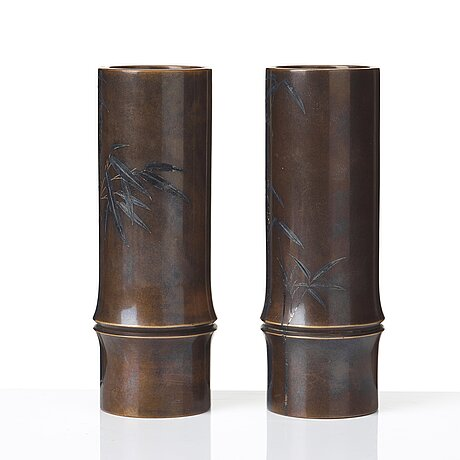 A pair of japanese bronze vases, meiji period (1868-1912). signed.